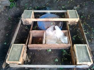 Опалубка и закопанная бочка